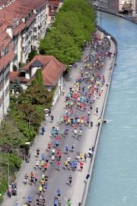 BERN, 09MAI15 - Lauf entlang der Aare: Die Strecke der '10 schoensten Meilen der Welt' fuehrt die Laeuferinnen und Laeufer in und um die Berner Altstadt. Impression vom 34. Grand-Prix von Bern am 9. Mai 2015. Impression of the 34th Grand Prix of Bern, a popular race through the old town of Bern, Switzerland, May 9, 2015. More than 31 000 runners take part in the GP Bern 2015. swiss-image.ch/Photo Monika Flueckiger